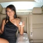 ricca donna asiatica cinese sul sedile posteriore della sua auto — Foto Stock