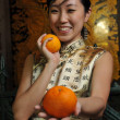 Asian chinese lady with oranges for chinese new year — Zdjęcie stockowe