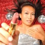 donna asiatica con un rossetto che sta preparando per una festa — Foto Stock