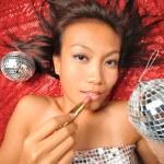 mujer asiática con un lápiz labial preparándose para una fiesta — Foto de Stock