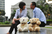 Modern couples in love in the city with teddy bears — Stock Photo