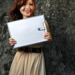 sorridente ragazza asiatica cinese, tenendo una scheda clip — Foto Stock