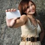 giovane ragazza asiatica cinese, tenendo il biglietto da visita con sfondo texture — Foto Stock
