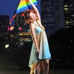 ragazza asiatica cinese, giocando nel crepuscolo con un aquilone — Foto Stock