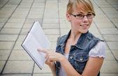 Mooi meisje op de achtergrond van de universiteit — Stockfoto