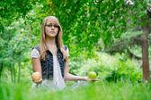 Belle fille avec les pommes sur l'herbe — Photo