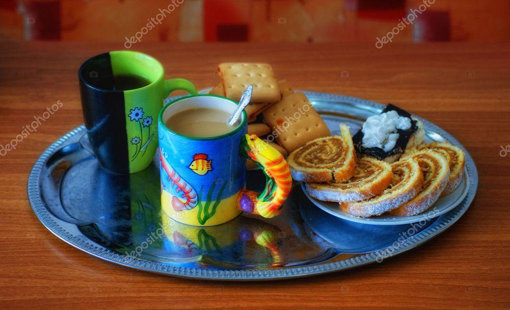 2 чашки чая 1 пирожок и 4 конфеты