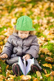 Criança lendo no parque outono — Foto Stock