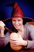 Sonriendo bruja con calabaza — Foto de Stock