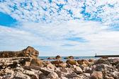Kamenitá pláž, moře a krásné mraky — Stock fotografie