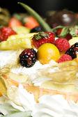 Fruta y pastel de crema batida — Foto de Stock