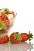 Morangos e salada de frutas — Fotografia Stock