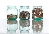 стеклянные банки с монетами - концепция сбережения — Стоковое фото