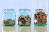 Ahorrar dinero en tarros viejos — Foto de Stock