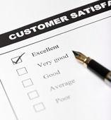 Modulo di indagine di soddisfazione di clienti con penna - closeup — Foto Stock