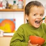 heureux garçon petit déjeuner - céréales et lait — Photo