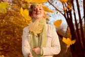 Vrouw met vallende bladeren — Stockfoto