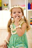 Szczęśliwa dziewczynka jedzenie popcornu - zbliżenie — Zdjęcie stockowe