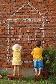 Iki çocuk bir ev çizim — Stok fotoğraf