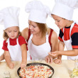 Making pizza with the kids — Stockfoto