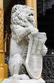 статуя льва с щит — Стоковое фото