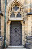 Middeleeuwse voordeur in praag — Stockfoto