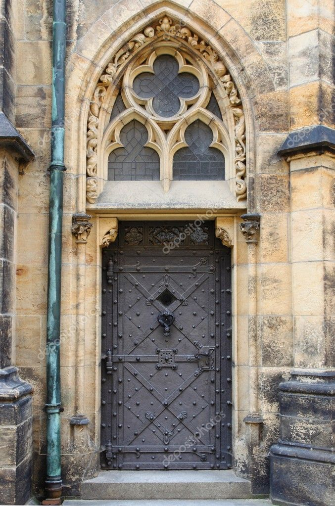Medieval front door in the downtown of Prague, Czech Republic — Stock Photo #6735315