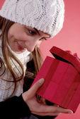 Flickan tittar in i gåva — Stockfoto