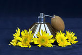 VINTAGE PERFUME BOTTLES, PEARLS AND A YELLOW FLOWER ARRANGEMENT — Stock Photo