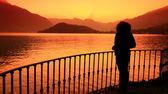 Chica mirando el lago — Foto de Stock