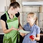 女儿在厨房准备的年轻女人 — 图库照片