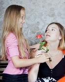 Hija da a madre una flor — Foto de Stock