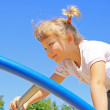 Young girl goes across the ladder - Foto Stock