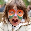 garota fazendo pintura de rosto - borboleta — Foto Stock