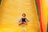 Młoda dziewczyna na slajdzie powietrza — Zdjęcie stockowe