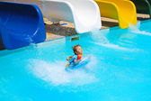 Little girl is falling to the swiming pool — Stock Photo