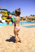 年轻的女孩走进游泳池 — 图库照片