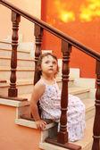 Mädchen sitzen auf der treppe — Stockfoto