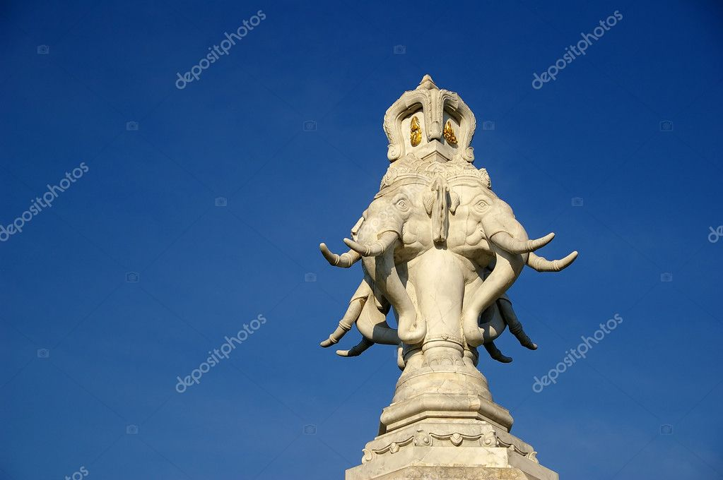 White column with four elephant heads with the crown on the top — Stock Photo #6377086
