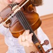 Woman enjoying violin music - Lizenzfreies Foto