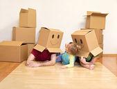 Familia divirtiendo desembalaje en su nuevo hogar — Foto de Stock