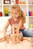 Niño jugando con bloques en el suelo — Foto de Stock