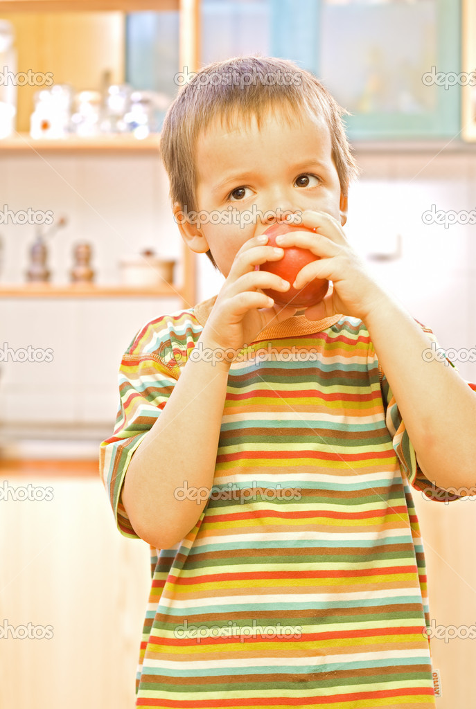 Happy boy eating a healthy, appetising apple — Stock Photo #6409201