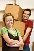 Glückliches Paar bewegt - die Kisten — Stockfoto