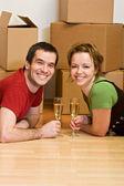 Casal brindando em sua nova casa — Foto Stock