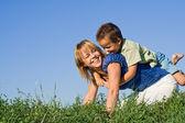 Mãe e filho ao ar livre — Foto Stock