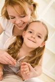 Pre - klein meisje en haar moeder snijden nagels — Stockfoto