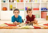 Kleine kinder, die schach spielen wird vorbereitet — Stockfoto