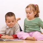twee kinderen op zoek het sprookje boek — Stockfoto