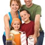 lyckliga familjen redo att måla — Stockfoto
